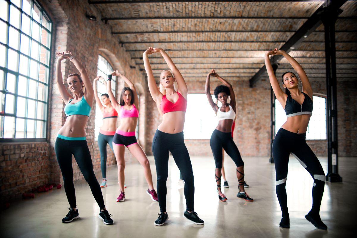 トレーニングする女性達